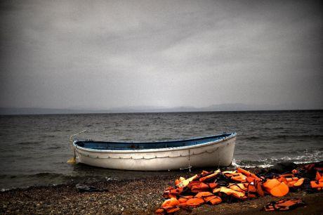Un canot et des gilets de sauvetage sur la grève