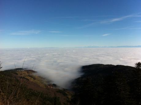 Ciel bleu profond sur paysage de collines embrumées