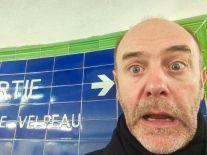 Jacques Bonnaffé, métro, devant un panneau d'orientation