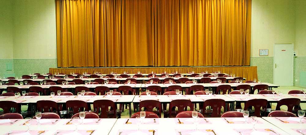 Tables de banquets au parterre devant la scène